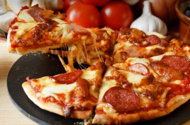 Pizza de tres quesos y chorizo